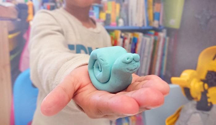 Eduuplay craft activity using playdoh, a great way to build kids fine motor skills.